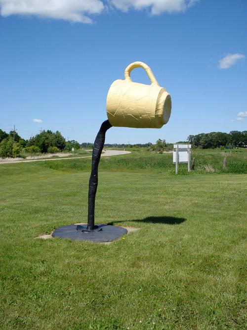 Bức tượng tách cà phê lơ lửng được trưng bày ở công viên Nyberg Sculpture Park Vining, Minnesota, Mỹ được đặt giữa bãi cỏ. Nhiều người đặt dấu hỏi chấm về ý nghĩa thực sự của tác phẩm này nhưng cũng không ít người xem tò mò về cách xây dựng sao cho tách cà phê có thể đứng vững trong trạng thái như vậy.