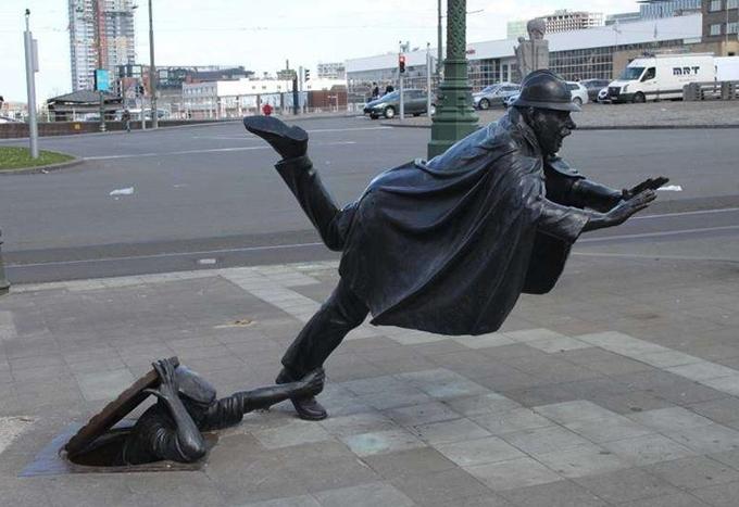 Một tác phẩm khó hiểu khác tên là The Vaartkapoen  được đặt trên đường phố Bỉ, mô phỏng một người ngoi lên từ nắp cống đang cố túm chân một người đàn ông khác đang chạy.