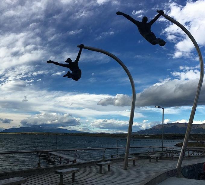 Tác phẩm hai người đang đu người theo gió mang tên Monument to the Wind nằm trên một bãi biển ở Puerto Natales, Chile. Đây là một điểm đến không thể bỏ qua ở thành phố biển vùng Nam Mỹ và được xếp hạng cao trên TripAdvisor.