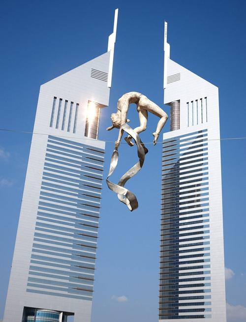 Bức tượng đồng khổng lồ nữ vận động viên thể dục nghệ thuật đang thực hiện động tác uyển chuyển như bay giữa không trung mang tên Gymnast do nghệ sĩJerzy Kedziora thiết kế đặt tại tòa thápJumeirah Emirates Towers, Dubai, UAE.