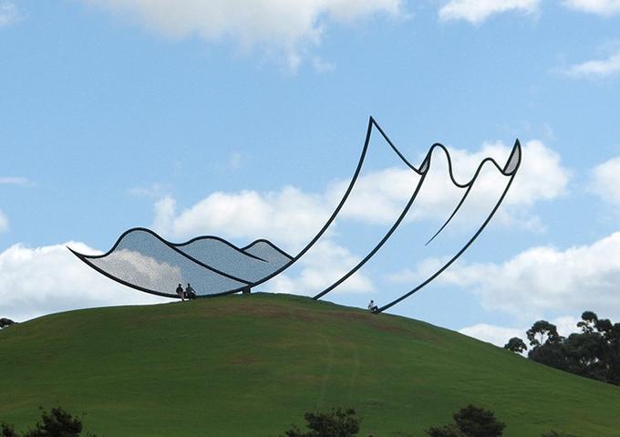 Tác phẩm mang tên Horizons (đường chân trời) được làm từ thép đặt trên đỉnh đồi, tạo hình khổng lồ tựa như một miếng vải tung bay trong gió. Nó được hoàn thành năm 1994 bởi nghệ sĩ bGibbs Farm và đặt tạiNew Zealand.