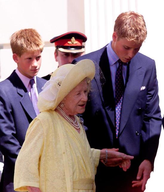 Thái hậu Elizabeth bên hai cháu trai khi bà còn sống. Ảnh: UK Press.