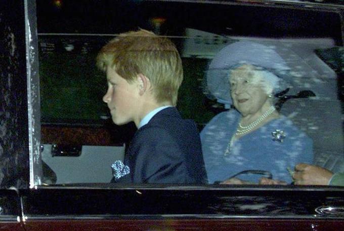 Thái hậu Elizabeth để lại nhiều tiền cho Hoàng tử Harry hơn vì lo cho tương lai tài chính của cháu khi không được kế vị. Ảnh: UK Press.