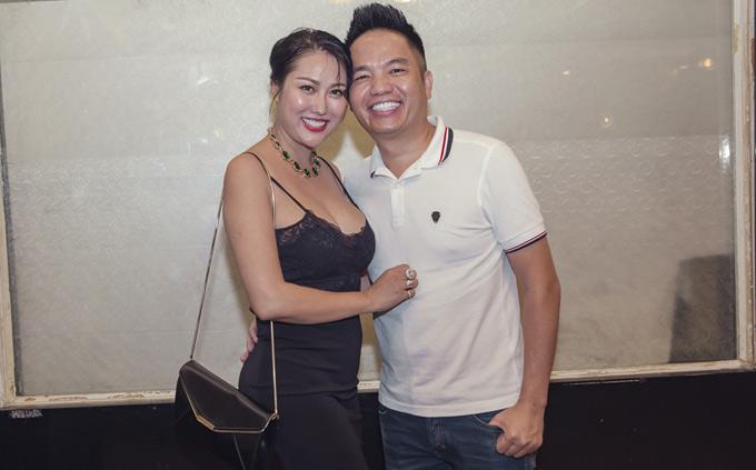 Phi Thanh Vân có mối quan hệ thân thiết với ông bầu Quang Cường từ nhiều năm nay. Dù không còn hoạt động nghệ thuật nhiều nhưng nữ diễn viên vẫn tranh thủ đến chúc mừng sinh nhật đàn anh trong nghề.