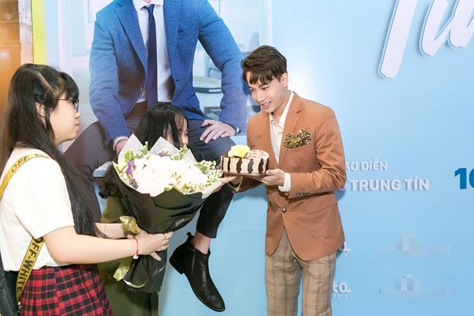 S.T quỳ gối hôn tay thánh nữ bolero Jang Mi tại sự kiện - 9