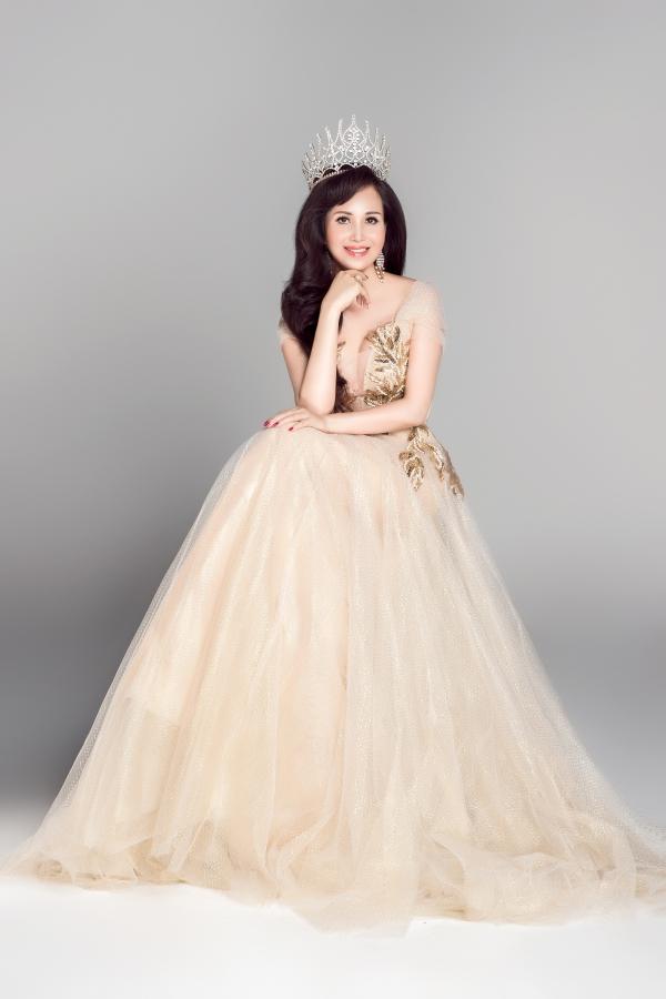 Nguyễn Diệu Hoa sinh năm 1969 tại Hà Nội và lên ngôi Hoa hậu năm 1990.