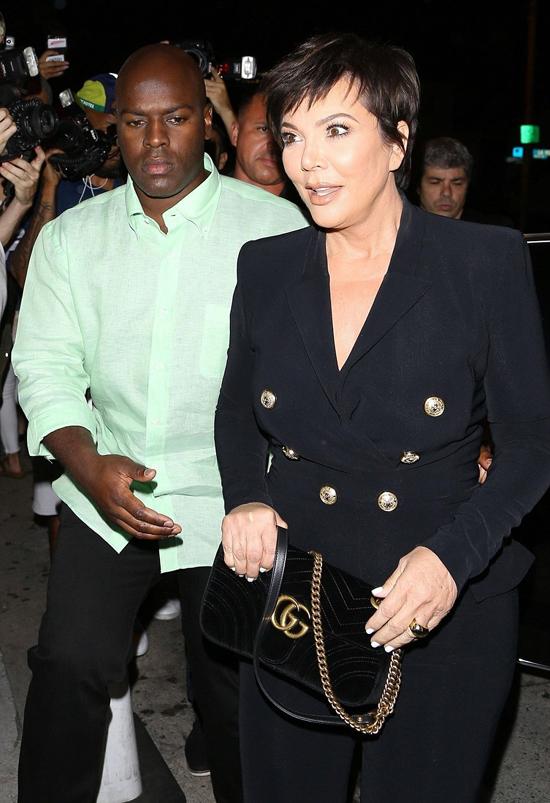 Bà Kris Jenner đến dự tiệc sinh nhật con gái với bồ trẻ kém 25 tuổi, Corey Gamble. Bà vẫn giận chồng cũ và không nhìn mặt từ khi Caitlyn phát hành tự truyện.