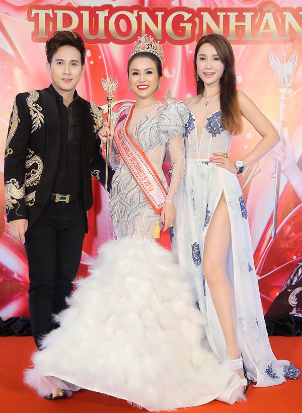 Nguyên Vũ và Helen Thanh Đào dự tiệc cảm ơn sau đăng quang của Hoa hậu Thế giới Doanh nhân 2018 Trương Nhân. Nguyên Vũ làm trưởng ban giám khảo cuộc thi nhan sắc này.