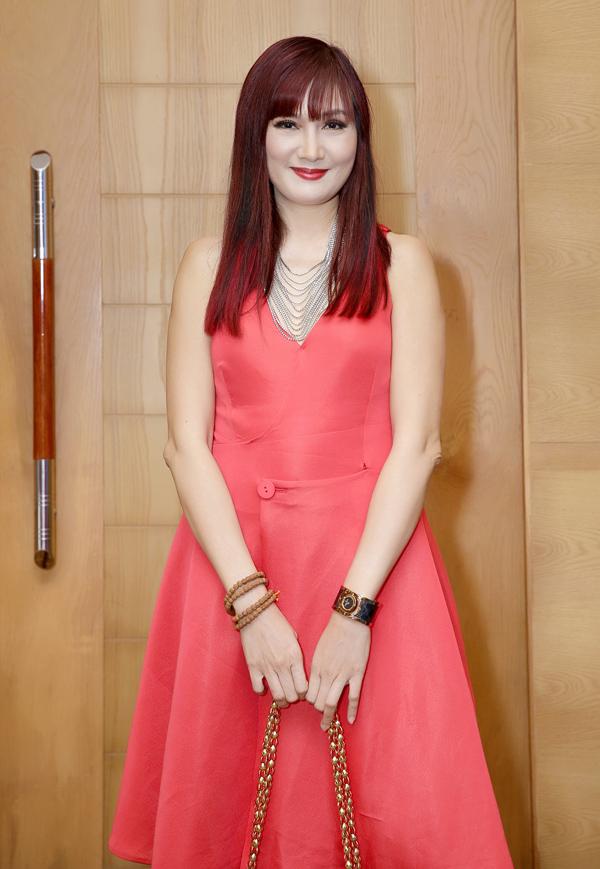 Hiền Mai đã qua tuổi 50 vẫn giữ được thần thái trẻ trung. Chị thường xuyên tham dự các hoạt động do CLB doanh nhân Khánh Hòa - Sài Gòn tổ chức. Hiền Mai cũng mặc váy đỏ rực dự buổi họp báo chiều 10/8, tại TP HCM.