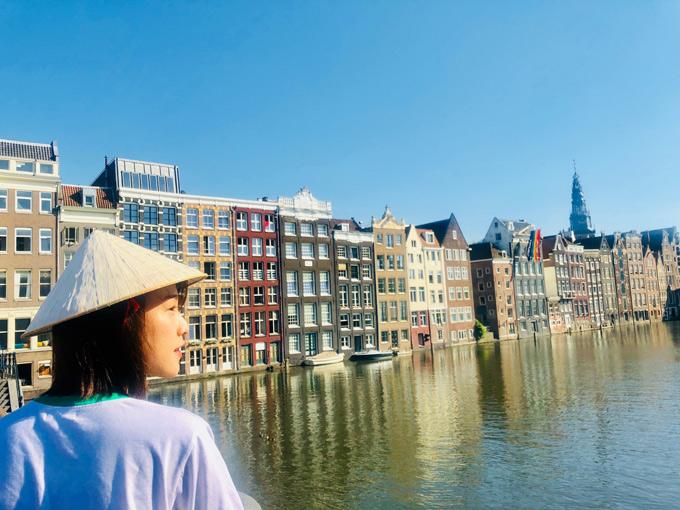 Á hậu mê mải ngắm những công trình kiến trúc đặc trưngở thủ đô Amsterdam. Hoàng Oanh ví thành phố này như một cô gái mang nét đẹp truyền thống nhưng chọn sống hiện đại.