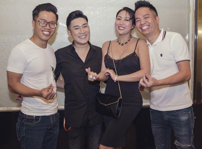 Quang Cường vừa là người quản lý vừa là anh kết nghĩa của ca sĩ Quang Hà. MC Quốc Bình vui vẻ hội ngộ Quang Hà và Phi Thanh Vân trong buổi tiệc của ông bầu Quang Cường.