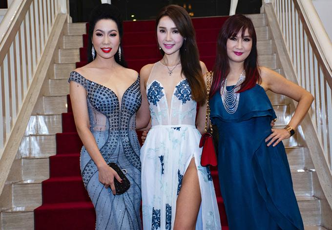 Helen Thanh Đào khoe chân dài với váy xuyên thấu, xẻ quá hông chụp ảnh cùng Á hậu Trịnh Kim Chi và diễn viên Hiền Mai (phải).