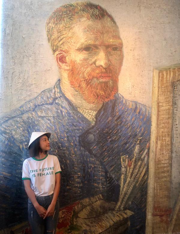 Cô đến thăm Museum Square và được chiêm ngưỡng những tác phẩm nổi tiếngcủa danh họa Van Gogh.