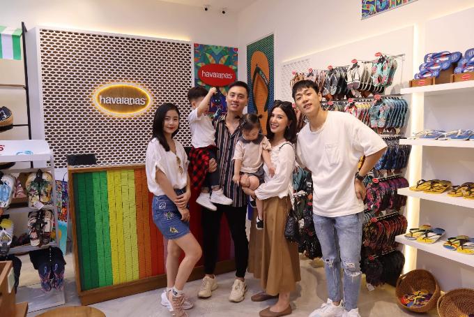 Trong không gian đầy hứng khởi của cửa hàng Havaianas thứ 7 mới khai trương tại trung tâm thương mại Vincom Mega Mall Royal City Hà Nội, hai gia đình trẻ đã có những giây phút mua sắm cực dễ thương bên cạnh các thiên thần nhỏ của mình.