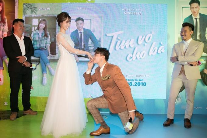 S.T quỳ gối hôn tay thánh nữ bolero Jang Mi tại sự kiện - 3