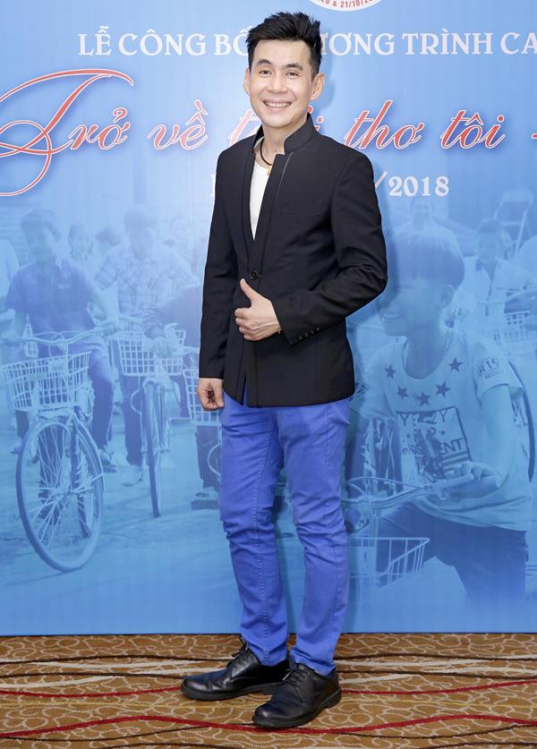 Ca sĩ Đoan Trường đến ủng hộ chương trình caravan từ thiện Trở về tuổi thơ tôi lần 2.