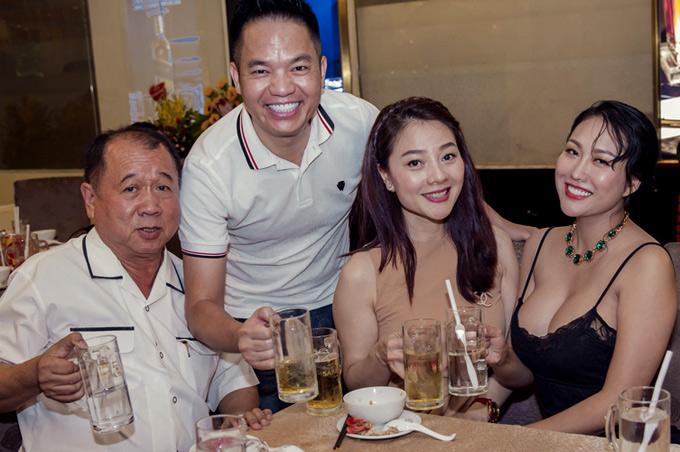 Hoa hậu Quý bà Hoàng Thị Yến (thứ hai từ phải qua) trẻ trung, thanh lịch ở tuổi ngoài 40. Chị nâng ly cùng Phi Thanh Vân trong buổi tiệc.