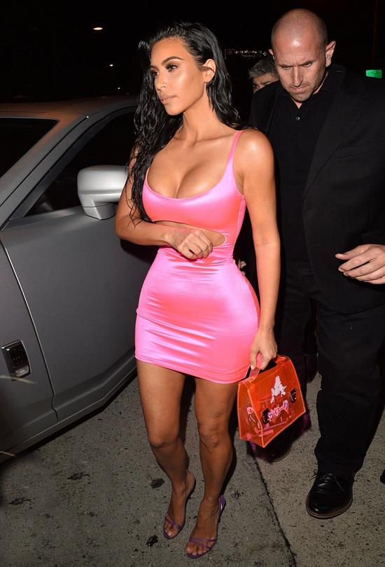 Chị gái Kylie, Kim Kardashian cũng diện tông hồng nóng bỏng.