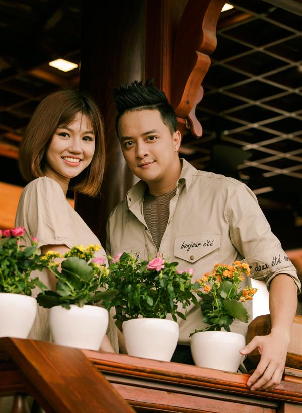 Sau những cảnh quay nặng về tâm lý, Cao Thái Sơn vui vẻ chụp ảnh kỷ niệm cùng bạn gái.
