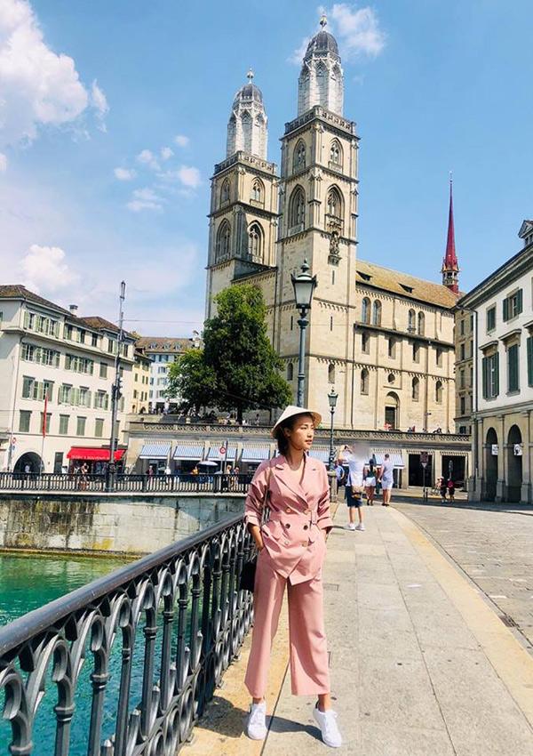 Ngoài Hà Lan, Hoàng Oanh còn tới thăm Thụy Sĩ. Cô vẫn đội chiếc nón lá mỗi khi dạo phố, đi ngắm cảnh.