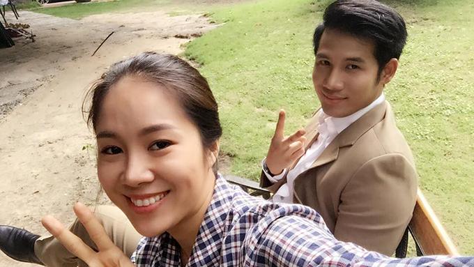 Lê Phương và Thanh Thức ở hậu trường phim Gạo nếp gạo tẻ.