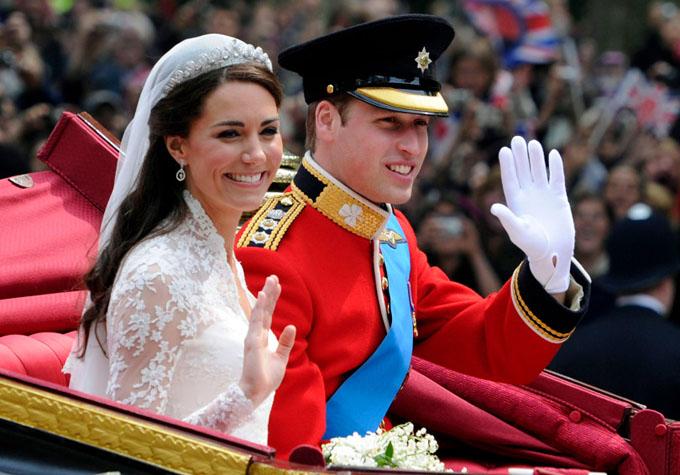 Vợ chồng Hoàng tử William ngồi trên cỗ xe ngựa diễu hành chào công chúng sau hôn lễ trong nhà nguyện năm 2011. Ảnh: AP.