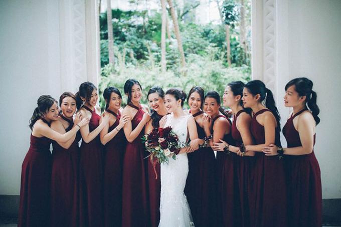 Dàn phù dâu diện váy yếm chữ A có màuđỏ burgundy còn cô dâu diện váy cưới trắng dáng sheath cho ngày trọng đại. Màu trắng sẽ tiết chế vẻ trầm lắng của đỏ burgundy và làm tăng sự tươi trẻ.
