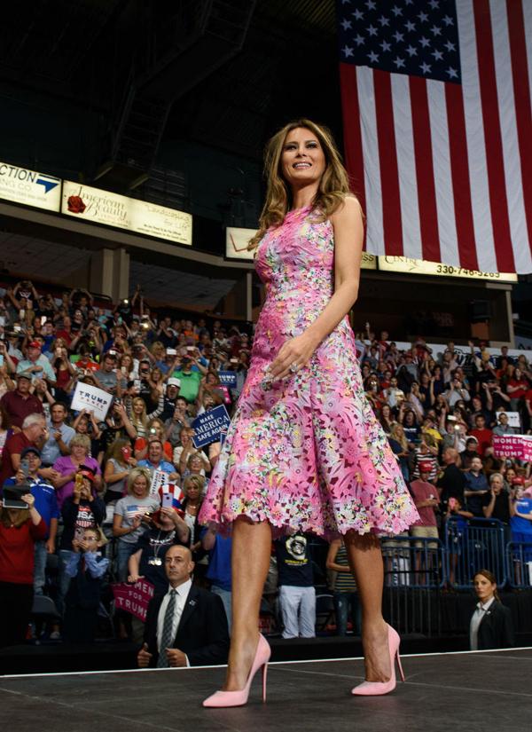 Giới quan sát nhanh chóng nhận ra mẫu váy midi đục lỗ duyên dáng này từng theo chân Melania tới một sự kiện ở Ohio mùa hè năm ngoái.