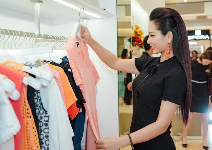 Khi em gái bận rộn làm việc, Thúy Hằng tranh thủ đi shopping váy áo mới.