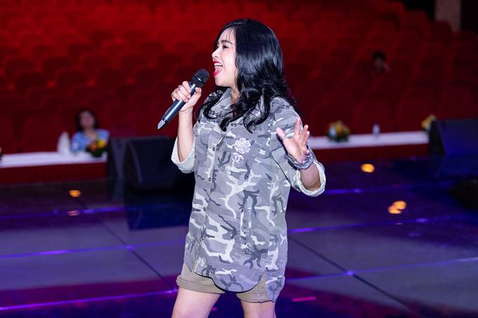 Dù đã ở ngưỡng 50 nhưng diva Thanh Lam vẫn không ngại diện short trẻ trung khi đi tập hát.