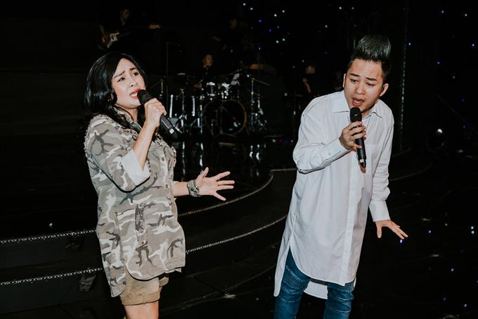 Thanh Lam, Tùng Dương sẽ xuất hiện trong fashion show với vai trò ca sĩ khách mời. Diva và đàn em thân thiết của mình sẽ trình diễn các ca khúc sở trường ở phần mở màn show diễn.