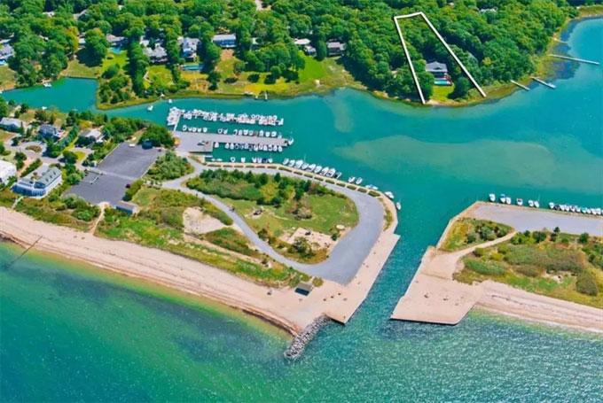 Biệt thự 6 phòng ngủ, 5 phòng tắm và có bể bơi ngoài trời nằm ở vị trí đẹp với không khí thoáng đãng.