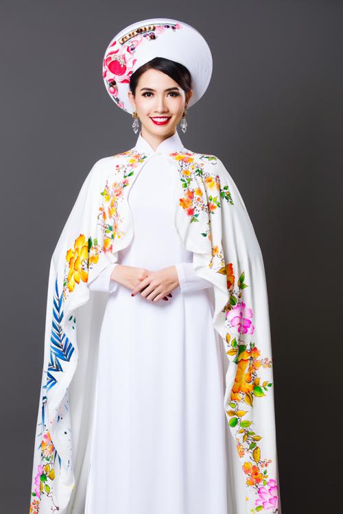 Ở mẫu áo này,nhà thiết kế đã vẽnên những họa tiết rực rỡ để tạo điểm nhấn chochiếc áo choàng được khoác bên ngoài áo dài cưới.