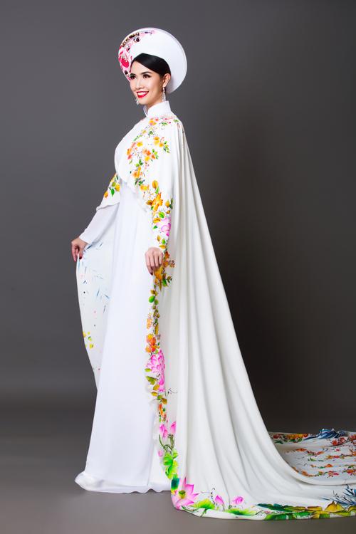Chiếc áo dài trắng có cổ trụ truyền thống. Họa tiết được đính dọc chiếc áo choàng cưới giúp cô dâu ăn gian chiều cao tối đa.