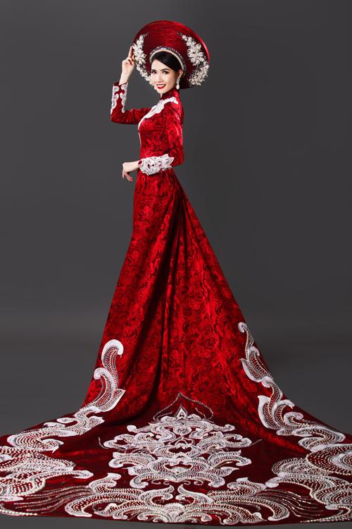 Áo dài cưới màu đỏ thêmlộng lẫy với phần đuôi dài xòe rộng được đính họa tiết thêu nổi đồng điệu với thân áo.