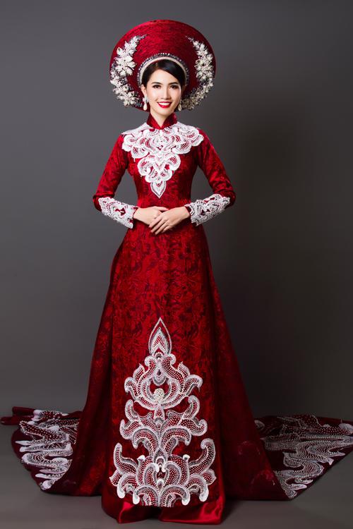 Cô dâu có thể đội mấn thêu họa tiết để kết hợp với bộ áo dài cưới, làm tăng nét truyền thống và sự duyên dáng cho nàng trong ngày vu quy. Nhà thiết kếnhấn nhá họa tiết trên thân áo, tay áo và chân tà để tạo vẻ đẹp mềm mại cho tổng thể trang phục.