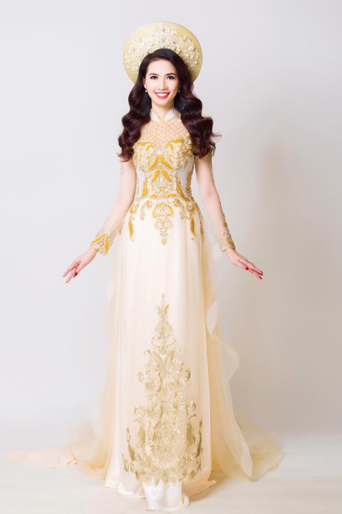 Mẫu áo dài cưới màu vàng nhạt được hình thành trên nền chất liệu voan và có thêm tà phụ được đính ở ngang hông. Dưới sự trau chuốt của nhà thiết kế, mẫu áo dài toát lên vẻ đẹp đậm chất Việt.