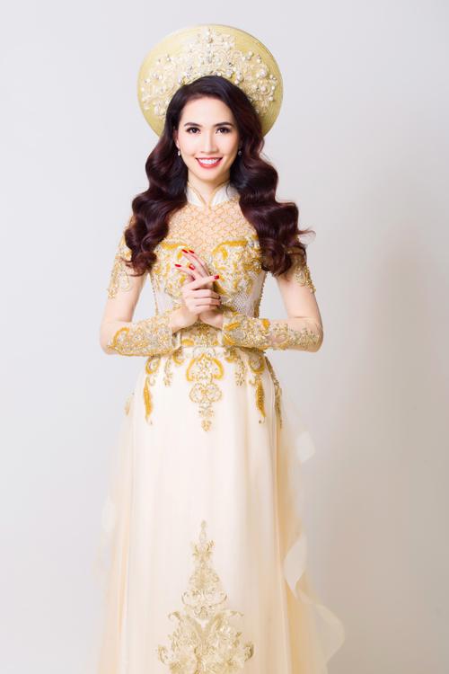 Năm nay, màu vàng đồng tiếp tục là sự lựa chọn phổ biến của cô dâu trong đám cưới. Vì thế áo dài vàng nhạt được đính thêm ren vàng và các họa tiết cung đình xưa cũng là lựa chọn thời thượng cho cô dâu.