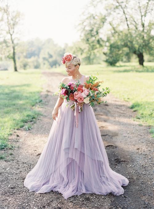 Cô dâu Bạch Dương diện váy cưới phá cách mang tông tím nhạt.