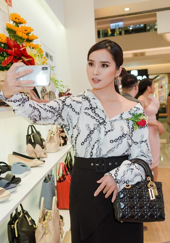 Diễn viên Bella Mai của phim Nếu còn có ngày mai cũng rạng rỡ tham gia event. Cô diện bộ cánh thanh lịch, kết hợp cùng túi hàng hiệu đắt đỏ.