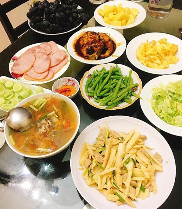 Chia sẻ bí quyết giảm cân, Hòa Minzy cho biết, cô từ bỏ tinh bột hoàn toàn và nói không với các loại thực phẩm có nhiều đường. Cô bổ sung protein bằng ức gà và tăng cường ăn rau xanh.
