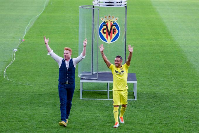 Tiền vệ 33 tuổi bước ra từ chiếc lồng kính vẫy chào các CĐV Villareal.