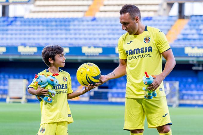 Ngày trọng đại của Cazorla tại Villareal có sự góp mặt của cậu con trai Enzo...