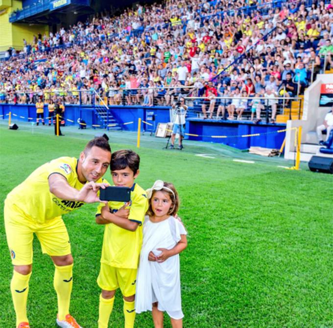 Cazorla và hai con selfie trước hàng nhìn CĐV. Tôi như được trở về nhà mình vậy. Xin chân thành cảm ơn Villareal đã ủng hộ tôi vô điều kiện và mở cửa chào đón tôi.
