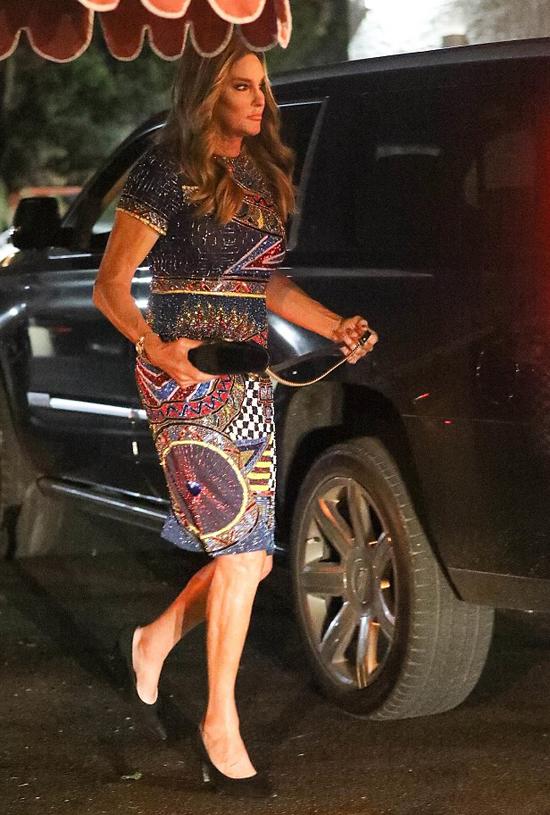Caitlyn Jenner được cô con gái út Kylie Jenner mời đến dự tiệc sinh nhật 21 tuổi vào tối 9/8 tại hộp đêm Delilah ở Los Angeles. Trước khi chuyển giới, Caitlyn đã có hơn 20 năm kết hôn với bà Kris Jenner và sinh hai người con là Kendall Jenner và Kylie Jenner.