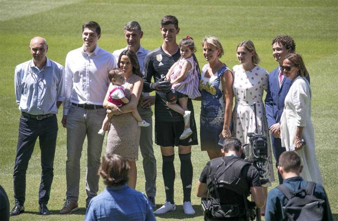 Gia đình Courtois trong lễ ra mắt đội bóng. Ảnh: NS.