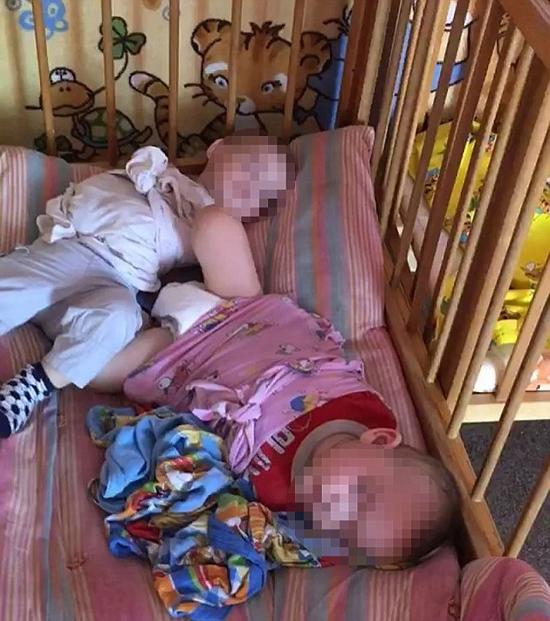 Nhà trẻ ác quỷ đang bị điều tra vì trói chân tay trẻ em vào cũi ở Nga