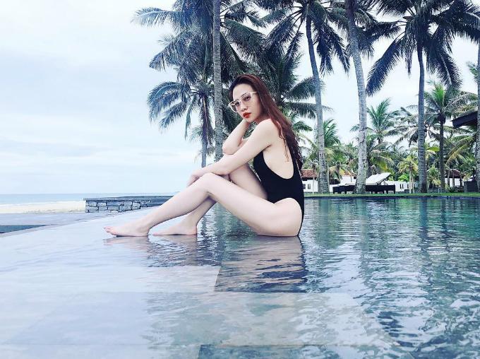 Đàm Thu Trang - bạn gái doanh nhân Cường Đô la khoe chân thon trắng nõn khi du lịch ở Hội An.