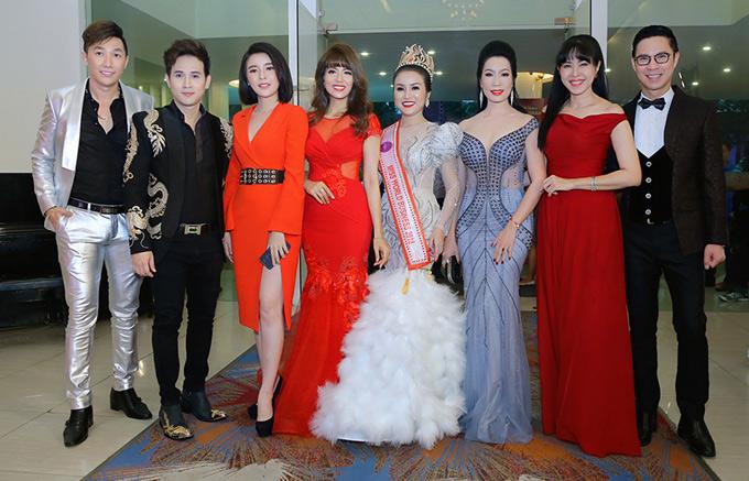 Người mẫu Nam Phong, diễn viên Cao Thái Hà, MC Anh Quân, Quỳnh Hoa, cựu người mẫu Băng Châu cũng dự buổi tiệc hoành tráng tối 9/8.