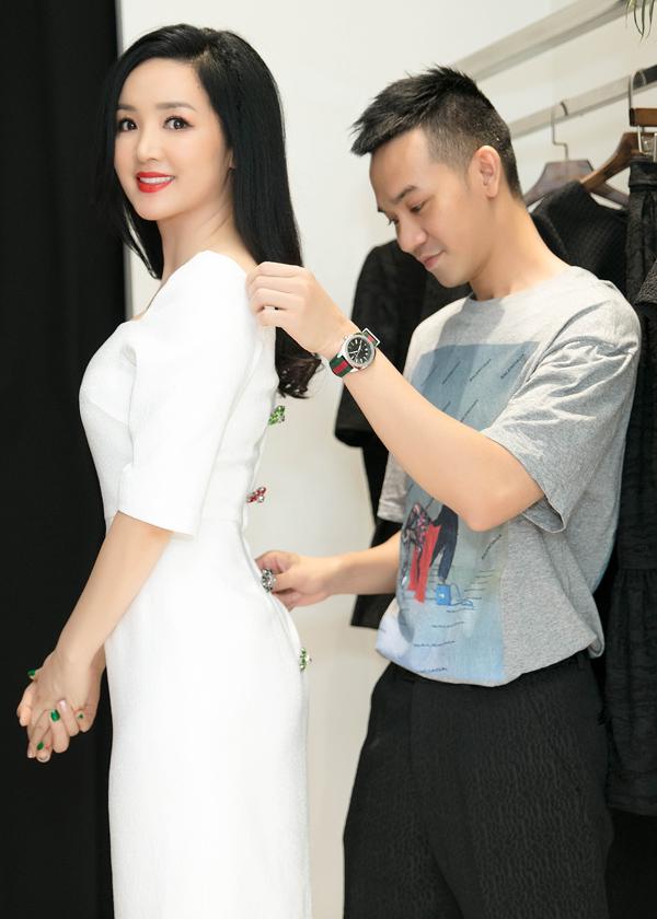 Hai nhà thiết kế Vũ Ngọc và Son tận tình giúp người đẹp 7X lựa chọn trang phục phù hợp và cân chỉnh từng chi tiết.